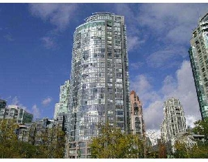 2 Bedroom + Den/Storage in Governor's Tower, Overlooking Yaletown's Heritage Buildings. An Amazing Space with a Private Garden Patio, a Great Floor Plan and Stainless Appliances. Move in Now!