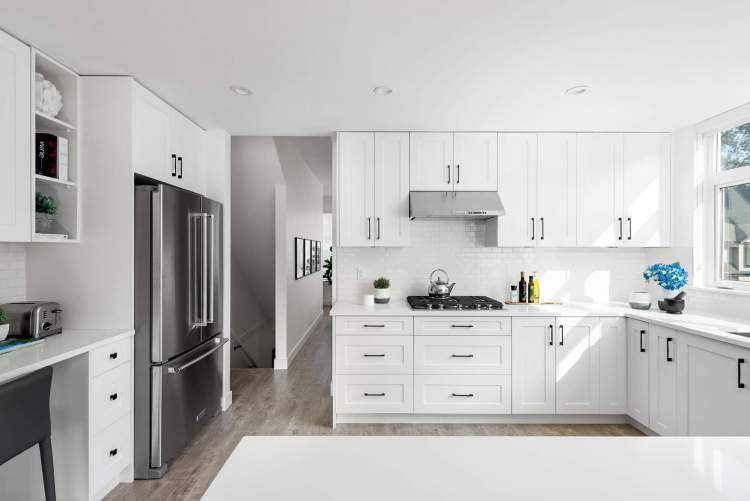 Create your favourite dishes with a premium KitchenAid appliance package, quartz stone countertops, and large kitchen island.