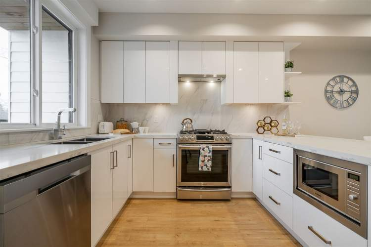 Enjoy quartz countertops, acrylic cabinets, stainless steel appliances, and soft-close drawers.